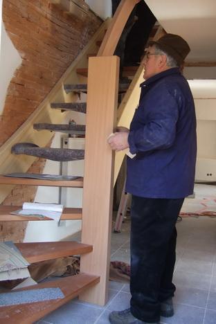 Zimmermeister Georg Böcherer bei der Montage des Treppengeländers