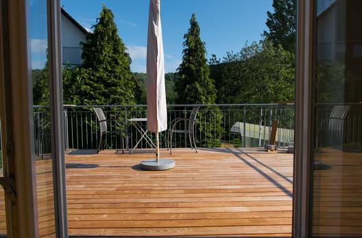 Ausblick auf Wiesen und Wälder in Oberkirch. Eine Terrasse aus Robinie für gemütliche Stunden.