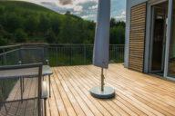 Der Einsatz heimischer Hölzer (hier Robinie) sorgt für schöne und dauerhafte Terrassenbeläge