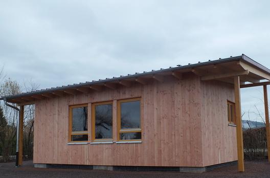 Holzhaus mit Pultdach Traufseite mit Bekleidung aus heimischer Douglasie