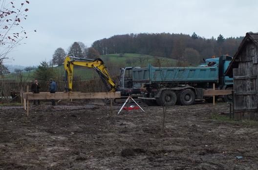 Bagger und LKW heben die Fundamente aus