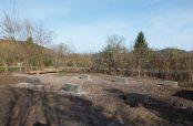 Die fertig gegossenen Betonfundamente auf dem Bauplatz des Waldkindergartens Sexau