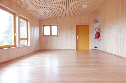 Eingangsbereich des Waldkindergartens mit Douglasienboden, Fichte Wand- und Deckenbekleidung