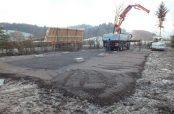Aufgebauter Kran auf dem Bauplatz des Waldkindergartens