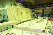Holzrahmen mit OSB beplankt auf einem Montagetisch
