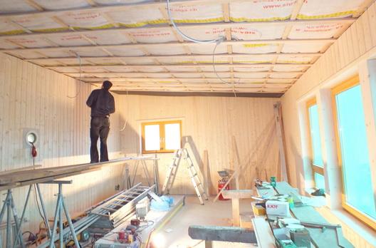 Ausbau des Waldkindergartens mit fertigen Wänden vor der Montage der Akustikdecke