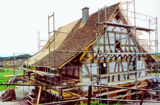 Die Dachdeckung erfolgte mit alten handgestrichenen Biberschwanzziegeln als Doppeldach.