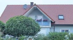 Dachgaube als  Wiederkehr mit Balkon im Ziegeldach