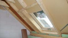 Holzkonstruktion Dach im Rohbau mit Aufsparrendämmung im Bereich des Dachfensters 'Roto Designo R8'