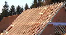 Zimmererarbeit, die traditionelles Handwerk und modernen Holzbau verbindet