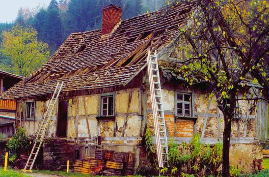 mit gro er sorgfalt wird das fachwerkhaus abgebaut holzbau in sexau schwarzwald. Black Bedroom Furniture Sets. Home Design Ideas