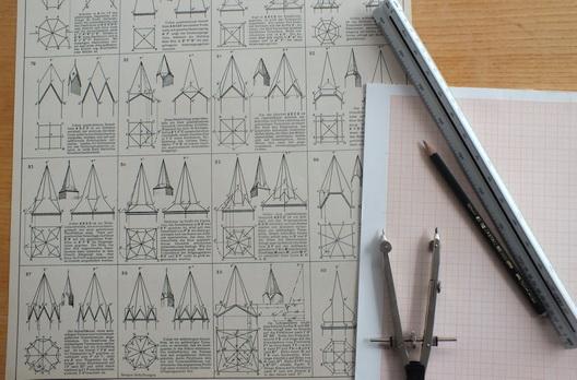 Zirkel, Winkel, Axt, Breitbeil und Säge führt das Zimmererhandwerk im Wappen. Daneben eine Auswahl von Turmhelmen, die Zimmerer ausführen können.