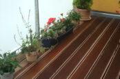 Terrassenbelag Holzart Bangkirai mit am Holzrost befestigtem Geländer